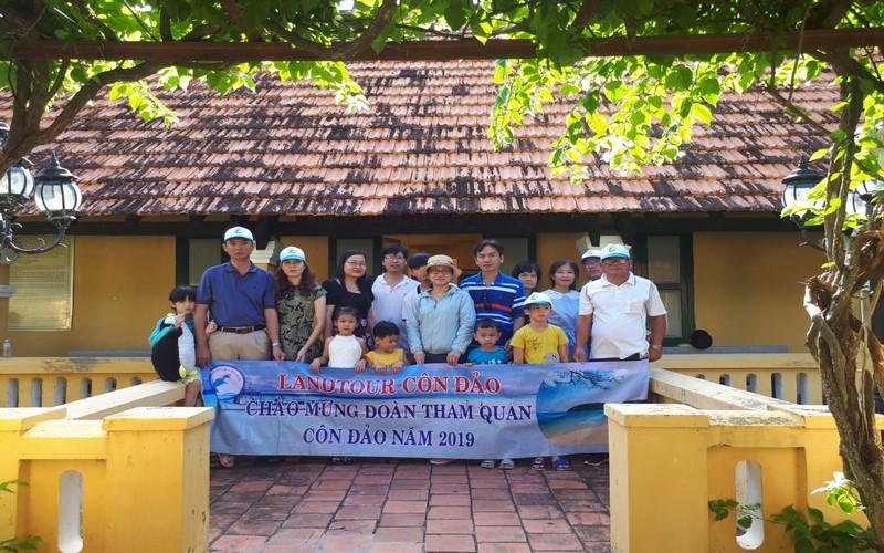 Khách tham quan Côn Đảo - Tham quan du lịch cùng Landtour Côn Đảo